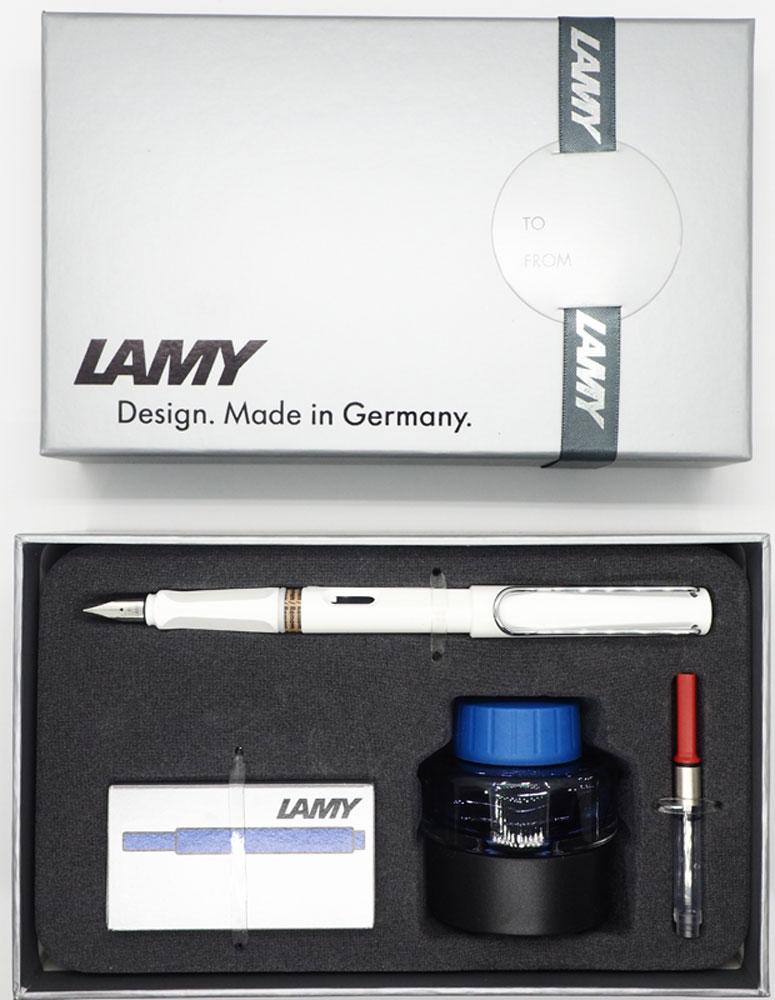Lamy Safari – комплект с чернилами, картриджами и конвертеромМодель Lamy Safari cоздана в 1980 году в коллаборации с дизайнерами и психологами специально для подростков. Сейчас трудно найти в Европе школу или университет, где не писали бы Lamy Safari. В 80-е дизайн этой ручки многим казался немного странным, ни на что непохожим, что, вероятно, и привлекло молодежь, которую уже не устраивал традиционный дизайн обычных ручек. Lamy Safari хорошо показала себя в деле: ручка пишет практически без нажима, ее эргономика такова, что рука не устает даже от долгого письма. Сейчас этими ручками пишут и рисуют, а также их коллекционируют – помимо широкой гаммы постоянных цветов, каждый год выходит лимитированный выпуск ручек в самом модном цвете.Выполнена из прочного ABS пластика. Эргономичный хват, позволяющий пальцам принять правильное положение при письме. Металлический клип на колпачке напоминает по форме канцелярскую скрепку. Окошко на корпусе позволяет контролировать расход чернил. Стальное заменяемое перо. Перьевая ручка используется с чернильными картриджами Lamy T10 или с конвертером Lamy Z28 для заправки чернилами из флакона Lamy T51 или Lamy T52.Комплектация: Подарочная коробка, ручка с пером F, флакон с синими чернилами Lamy T51 (30 мл), упаковка картриджей синего цвета Lamy T10, конвертер, инструкция.Дизайн: Вольфганг ФабианИстория бренда Lamy насчитывает более 80-ти лет, а его философия заключается в слогане Дизайн. Сделано в Германии. Компания получила более 100 самых престижных дизайнерских наград. Все пишущие инструменты Lamy производятся на фабрике в Гейдельберге (Германия).