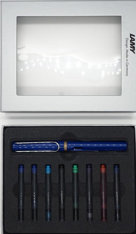 Lamy Набор: ручка перьевая Safari цвет корпуса синий + картриджи 8 шт4000142/кНабор Lamy Safari - комплект с разноцветными картриджами.Модель Lamy Safari создана в 1980 году в коллаборации с дизайнерами и психологами специально для подростков. Сейчас трудно найти в Европе школу или университет, где не писали бы Lamy Safari. В 80-е дизайн этой ручки многим казался немного странным, ни на что непохожим, что, вероятно, и привлекло молодежь, которую уже не устраивал традиционный дизайн обычных ручек. Lamy Safari хорошо показала себя в деле: ручка пишет практически без нажима, ее эргономика такова, что рука не устает даже от долгого письма. Сейчас этими ручками пишут и рисуют, а также их коллекционируют - помимо широкой гаммы постоянных цветов, каждый год выходит лимитированный выпуск ручек в самом модном цвете.Выполнена из прочного ABS пластика. Эргономичный хват, позволяющий пальцам принять правильное положение при письме. Металлический клип на колпачке напоминает по форме канцелярскую скрепку. Окошко на корпусе позволяет контролировать расход чернил. Стальное заменяемое перо. Перьевая ручка используется с чернильными картриджами Lamy T10 или с конвертером Lamy Z28 для заправки чернилами из флакона Lamy T51 или Lamy T52.Дизайн: Вольфганг Фабиан. История бренда Lamy насчитывает более 80-ти лет, а его философия заключается в слогане Дизайн. Сделано в Германии. Компания получила более 100 самых престижных дизайнерских наград. Все пишущие инструменты Lamy производятся на фабрике в Гейдельберге (Германия).