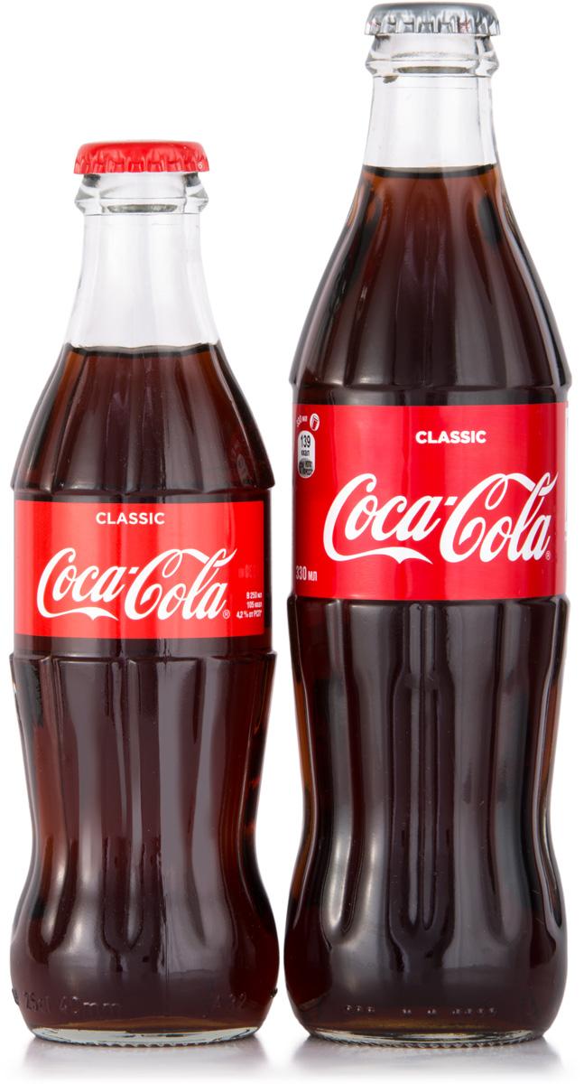 Coca-Cola напиток сильногазированный, 0,33 л1548004Газированный напиток Coca-Cola – легендарный напиток, который знаком сегодня каждому в мире. Удивительный чайно-карамельный цвет, приятные пузырьки газа и освежающий ни с чем не сравнимый вкус – вот что скрывается за традиционной красной крышечкой бутылки. Формат упаковки удобен – напиток можно брать с собой на прогулки или в поездки. Кола славится своим тонизирующим действием благодаря высоком содержанию кофеина, поэтому она подарит вам заряд бодрости, когда это необходимо.
