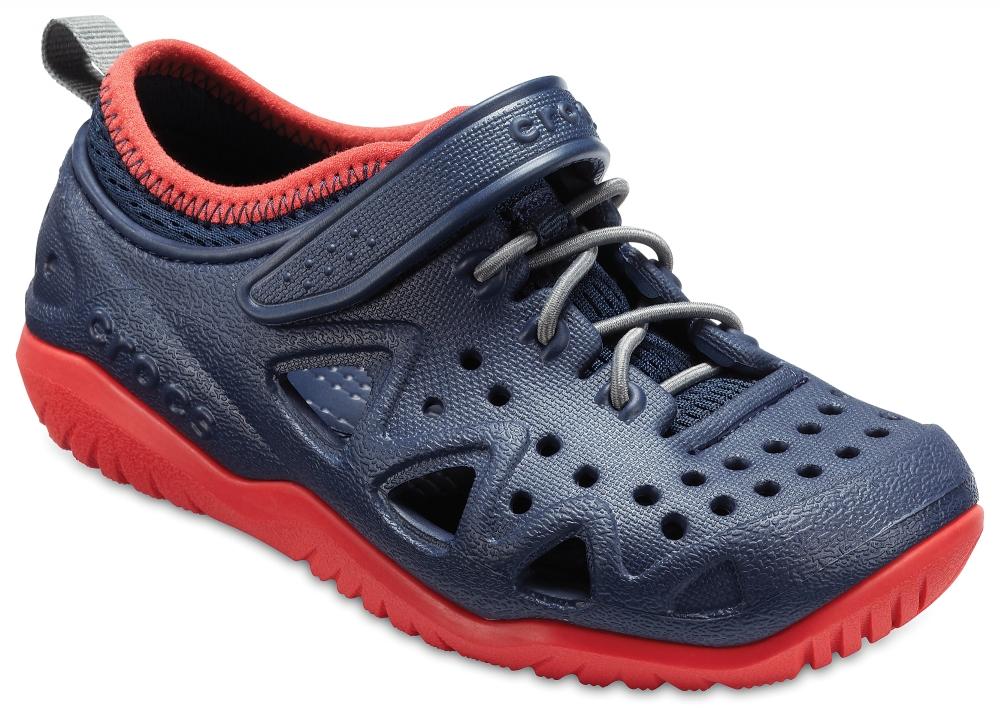 Кроссовки для мальчика Crocs Swiftwater Play Shoe K, цвет: темно-синий. 204989-410. Размер C7 (24)204989-410Детские кроссовки от Crocs выполнены из полимера Croslite. Модель на ноге фиксируется при помощи шнуровки и ремешка на липучке. Благодаря материалу Croslite обувь невероятно легкая, мягкая и удобная. Материал Croslite - бактериостатичен, препятствует появлению неприятных запахов и легок в уходе: быстро сохнет и не оставляет следов на любых поверхностях. Верх модели оформлен отверстиями, которые обеспечивают естественную вентиляцию. Под воздействием температуры тела обувь принимает форму стопы.