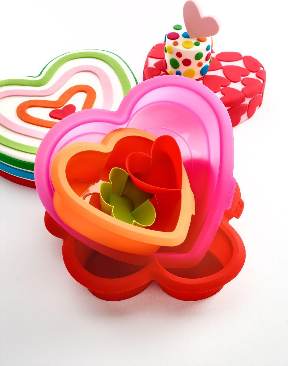 Набор форм для выпечки торта Lekue Agatha. Сердце, 2 шт4603000SURM019Форма и цвет - это основа коллекций, созданных Agatha Ruiz de la Prada for Lekue. В этойколлекции объединились опыт в производстве высоко-качественный посуды от Lekue иуникальный штрих от модного дизайнера. Теперь вы можете быстро и легко испечь изумительный2-х этажный торт в виде сердца. Сладко и весело! Набор из двух форм в виде сердца: различныеразмеры, можно испечь в духовке за 1 прием. Большое : 288 x 261 x 61 мм. Малое: 206 x 187 x 61 мм.
