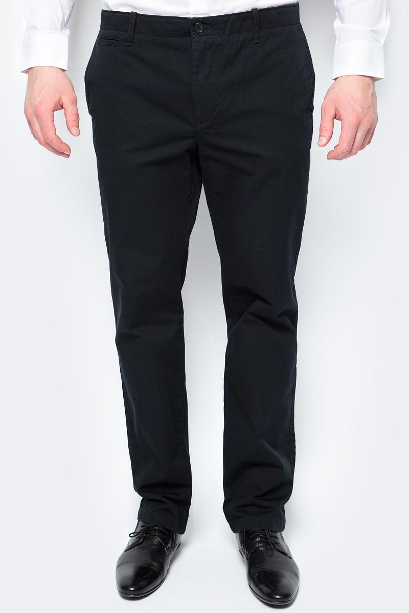 Брюки мужские United Colors of Benetton, цвет: черный. 4APN55CK8_100. Размер 424APN55CK8_100Брюки от United Colors of Benetton выполнены из натурального хлопка. Модель прямого кроя в поясе застегивается на пуговицу и имеет ширинку на молнии и шлевки для ремня. По бокам брюки дополнены втачными карманами со скошенными краями, сзади – прорезными карманами.