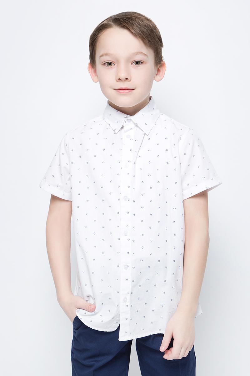 Рубашка для мальчика Button Blue, цвет: белый. 118BBBC23020204. Размер 128118BBBC23020204Легкая хлопковая рубашка Button Blue с коротким рукавом - идеальная одежда на лето для мальчика. Модель прямого кроя с отложным воротничком застегивается на пуговицы. Рубашка отличается лаконичной формой, хорошо сидит и не стесняет движений.