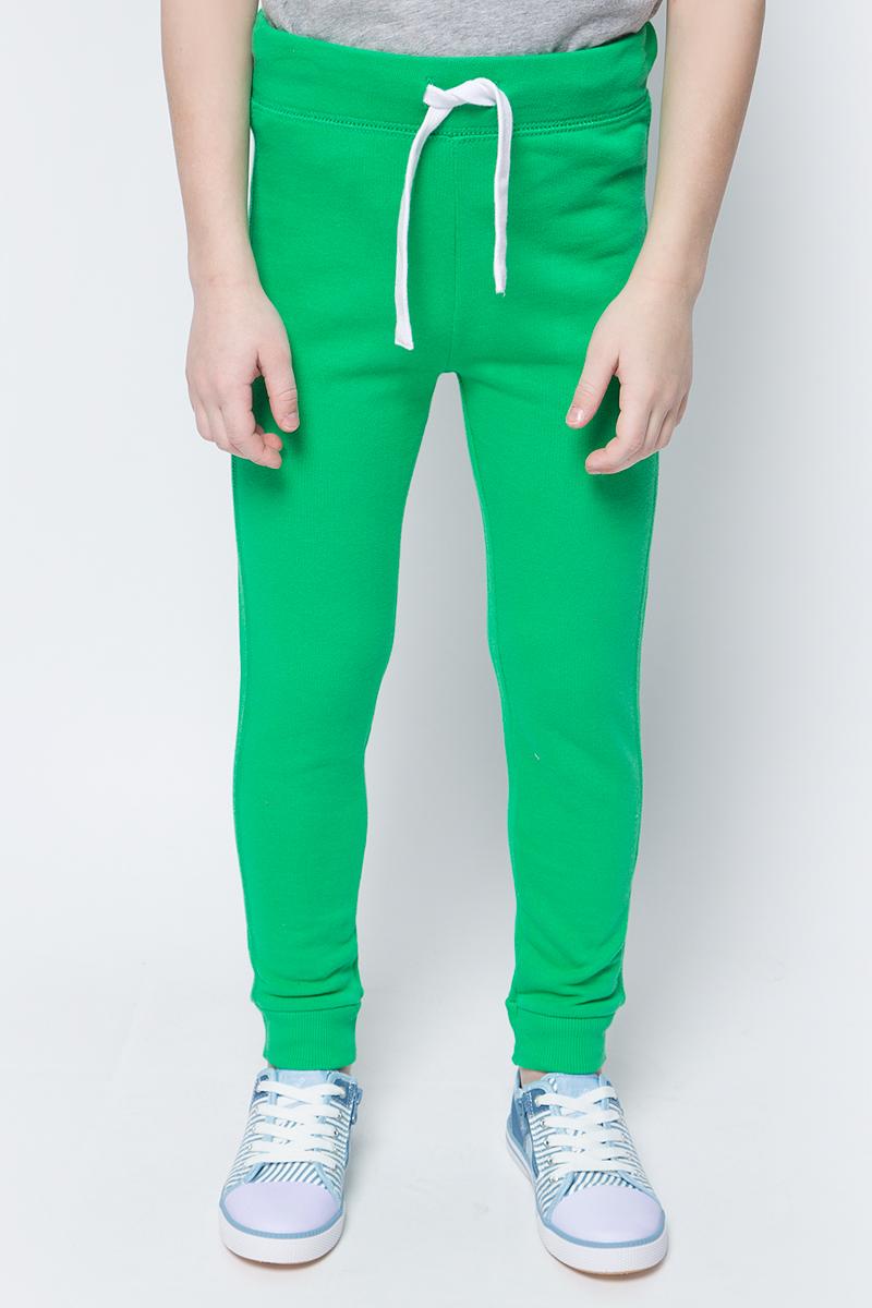 Брюки для мальчиков United Colors of Benetton, цвет: зеленый. 3J68I0449_108. Размер 1103J68I0449_108Трикотажные брюки от United Colors of Benetton выполнены из натурального хлопка. Модель зауженного кроя с эластичной резинкой на талии дополнена регулируемым шнурком, сзади имеется накладной карман. Брючины по низу дополнены широкими трикотажными манжетами.
