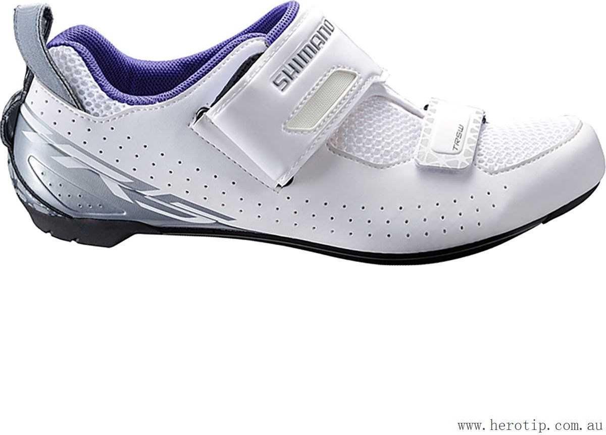Велотуфли женские Shimano SH-TR500, цвет: белый. Размер 39SH-TR500_женВысокофункциональные туфли для триатлона, предназначенные для ускорения переходов и оптимизации передачи энергии свойства Ремешок T1-Quick и сверхширокое голенище упрощаютнадевание и ускоряют переходы Асимметричная петля на пятке помогает продевать палецчерез петлю, чтобы быстро зафиксировать туфлю во время переходов. Воздухопроницаемая сетка 3D для оптимальной вентиляции Покрой, специально предназначенный для женщин, для более естественного комфортного прилегания Легкая нейлоновая подошва, усиленная стекловолокном Модель совместима с шипами SPD-SL и SPD Адаптируемая чашеобразная стелька