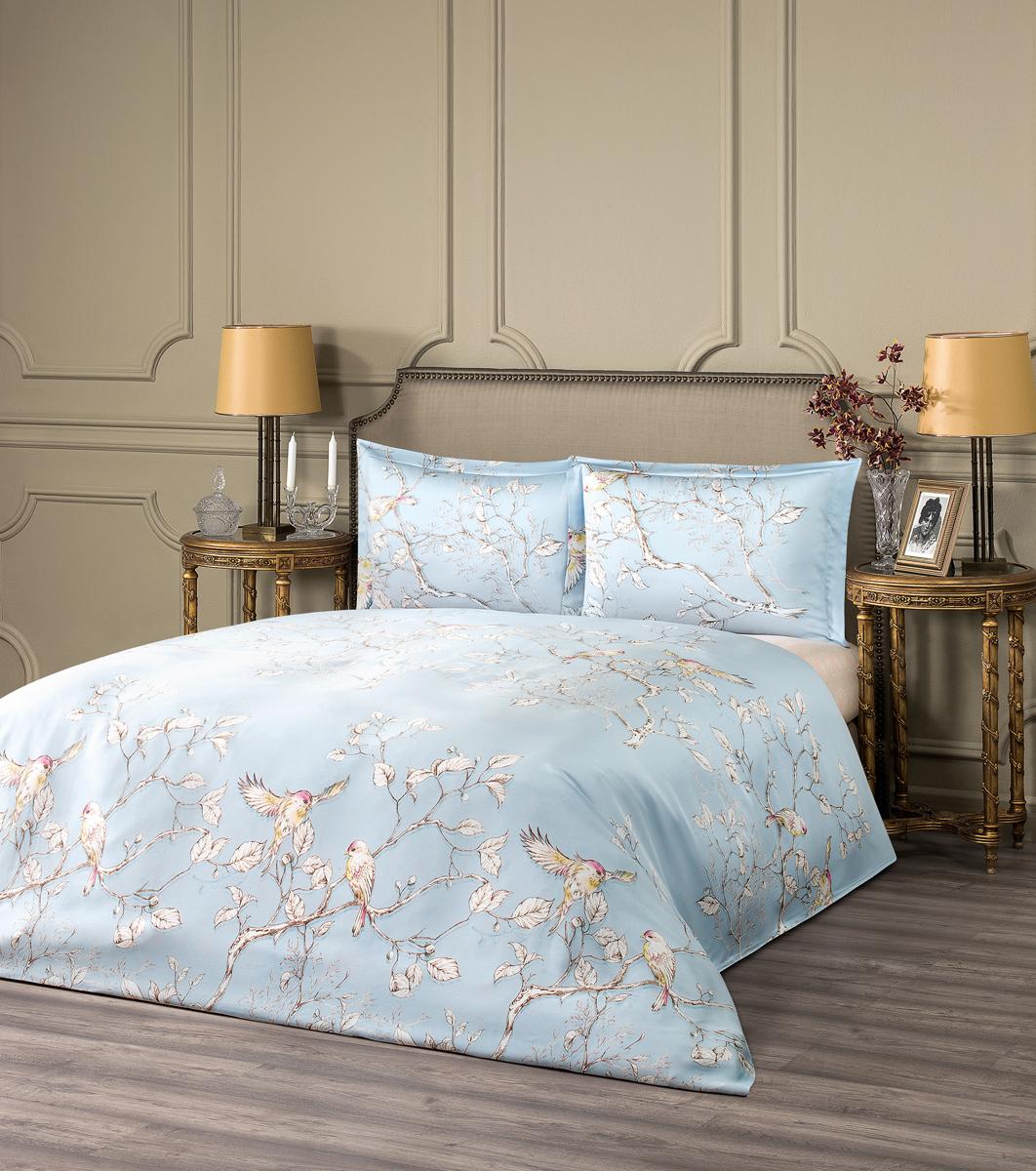 Комплект белья Estia Фиеста, 1,5-спальный, наволочки 50x70, цвет: светло-голубой99.57.41.0005Комплект белья Estia Фиеста из эвкалиптового тенселя, без декоративного материала с реактивной печатью, с прямоугольной наволочкой 50х70 -высокое качество и оригинальный дизайн без ущерба для бюджета. Чтобы получить ткань тенсел, стебли и листья эвкалипта подвергают термической обработке. Как и любая другая искусственная ткань, тенсел на100% состоит из натуральных волокон. Постельное белье из тенсела по гладкости и мягкости напоминает шелк, но не такое скользкое. Попрочности он не уступает сатину, а по бактерицидным свойствам не хуже бамбука. Главное отличие тенсела в том, что он очень хорошо впитываетвлагу и быстро сохнет. ESTIA - это итальянская классика, где винтажный стиль и щедрое использование аутентичных элементов декора дополняются высокимкачеством тканей. Все это, а также исключительная практичность и простота в эксплуатации делают продукцию бренда эталоном современногокомфорта. Если вы искали совершенства - вы его нашли: ESTIA - это настоящее украшение, которое преобразит не только ваш интерьер, но и вашу жизнь.