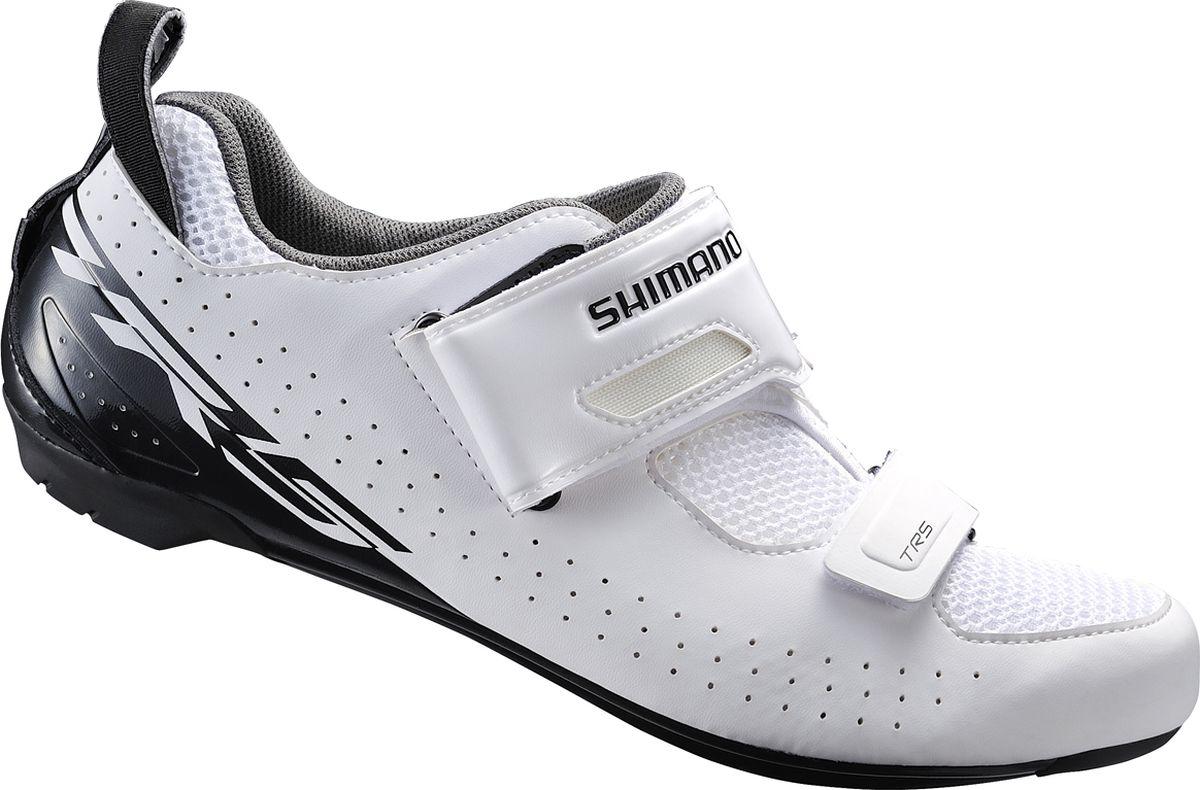 Велотуфли мужские Shimano SH-TR500, цвет: белый. Размер 40SH-TR500Функциональные туфли для триатлона, созданные для быстрого переобувания и оптимизации передачи энергииОсобенности Ремешок T1-Quick и сверх широкое голенище упрощают надевание и ускоряют переходы Асимметричная петля на пятке помогает продевать палец через петлю, чтобы быстро зафиксировать туфлю во время переходов. Воздухопроницаемая сетка 3D для оптимальной вентиляции Легкая нейлоновая подошва, усиленная стекловолокном Модель совместима с шипами SPD-SL и SPD Чашеобразная стелька двойной плотности