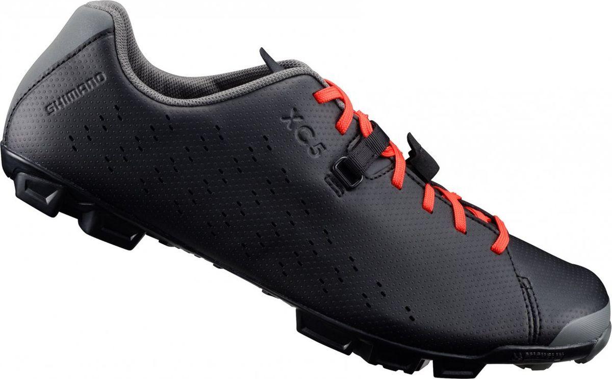 Велотуфли мужские Shimano SH-XC500, цвет: черный. Размер 46SH-XC500_черКомфортные и функциональные туфли для местности смешанного типаОсобенности Шнуровка с системой Mini Power Strap надежно удерживает стопу Легкая и жесткая прослойка подошвы, усиленная карбоновым волокном Мягкая синтетическая кожа с перфорацией для вентиляции и превосходным прилеганием Эксклюзивный грязеотталкивающий протектор Michelin, обеспечивающий превосходное сцепление Резиновый противоскользящий рисунок подошвы, повторяющий форму свода стопы Усиленное крепление шипов для экстремальных условий, в качестве опции возможно использование шипов 18 мм Включает дополнительные шнурки