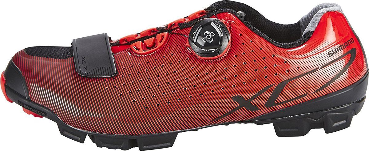 Велотуфли мужские Shimano SH-XC700, цвет: красный. Размер 42SH-XC700Комфортные и эффективные туфли, разработанные для внедорожного катанияОсобенности Сверхжёсткая и лёгкая карбоновая промежуточная подошва Перфорированная мягкая синтетическая кожа высокой плотности для превосходного прилегания Защелки Boa IP1 с направляющей Powerzone и передний ремешок надежно удерживают стопу Адаптируемая чашеобразная стелька Оригинальная подошва Michelin с грязеотталкивающим протектором, обеспечивающим превосходное сцепление Двухкомпонентный резиновый материал обеспечивает для идеального сцепления, долговечности и гибкости Резиновый противоскользящий рисунок подошвы