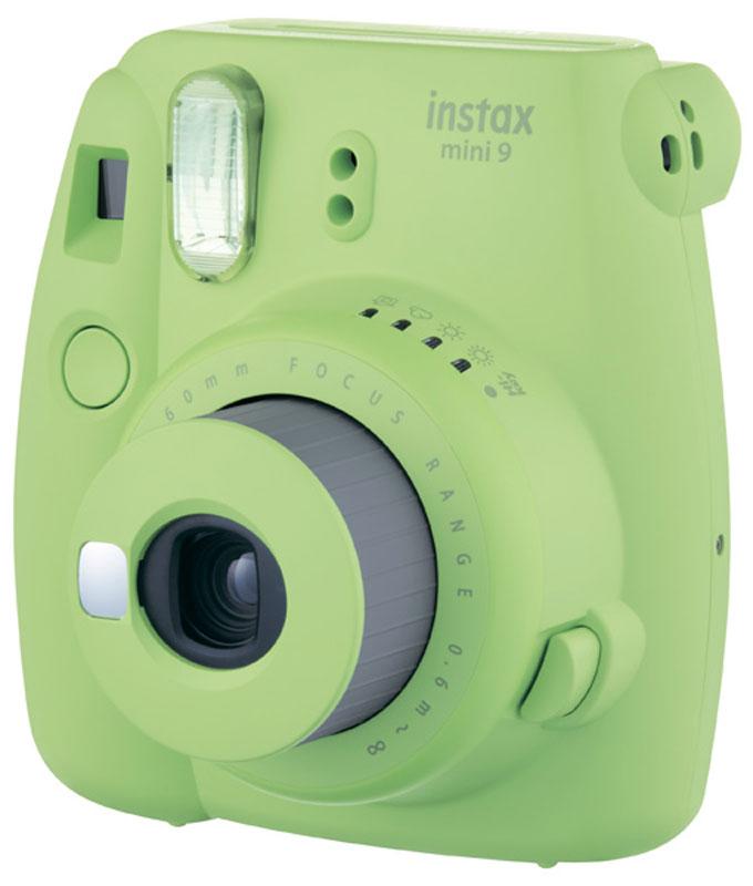 Fujifilm Instax Mini 9, Green фотокамера мгновенной печати16550708Камера с технологией моментальной печати Fujifilm Instax Mini 9 позволяет печатать фотографии размера визитной карточки сразу после съемки.Обладая теми же конструктивными и эксплуатационными характеристиками, что и INSTAX mini 7S, INSTAX mini 9 примерно на 10% меньше mini 7Sпо объему корпуса. Процесс кадрирования стал проще благодаря видоискателю, который передает четкую картинку в реальном времени (дажепри съемке под углом) и отличается более наглядной центральной меткой. К функциям съемки добавлен режим High-key - повышениедиафрагмы на 2/3 ступени. Чтобы сделать фотографию с яркими и мягкими цветами, которые так полюбились девушкам, достаточно прокрутитьдиск в режим High-key. Камеру Instax можно использовать в самых различных ситуациях: на свадьбах и на вечеринках, для обычной съемки и для автопортретов. ПричинапопулярностиINSTAX среди девочек-подростков и женщин до 20 лет, для которых пленочные фотографии уже в диковинку, - это яркие и мягкие цветаполученных снимков. Используемая фотопленка: Fujifilm Instax MiniРазмер фотопленки: 86 мм х 54 ммРазмер снимка: 62 мм х 46 ммДиапазон фокусировки: от 0,6 м до бесконечностиУправление экспозицией: система ручного переключения (светодиодный индикатор в экспонометре)Окно подтверждения загрузки фотобумагиВывод фотоснимка: автоматическийАвтоматическое выключение питания через 5 минутСчетчик экспозиций (количество неэскпонированных листов фотобумаги)Ресурс батарей: около 100 снимков (10 кассет с пленкой)