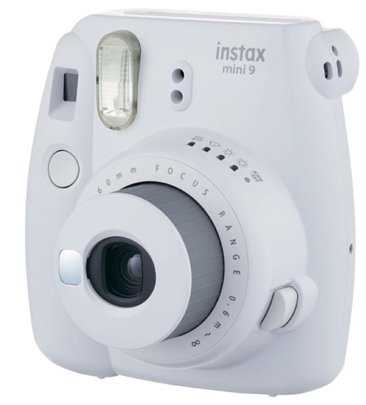 Fujifilm Instax Mini 9, White фотокамера мгновенной печати16550679Камера с технологией моментальной печати Fujifilm INSTAX Mini 9 позволяет печатать фотографии размера визитной карточки сразу после съемки.Обладая теми же конструктивными и эксплуатационными характеристиками, что и INSTAX mini 7S, INSTAX mini 9 примерно на 10% меньше mini 7S по объему корпуса. Процесс кадрирования стал проще благодаря видоискателю, который передает четкую картинку в реальном времени (даже при съемке под углом) и отличается более наглядной центральной меткой. К функциям съемки добавлен режим High-key - повышение диафрагмы на 2/3 ступени. Чтобы сделать фотографию с яркими и мягкими цветами, которые так полюбились девушкам, достаточно прокрутить диск в режим High-key. С момента своего выхода в свет в 1998 году камера INSTAX mini стала очень популярной благодаря простому управлению, остроумному дизайну и удивительному качеству снимков. Судя по тому, насколько распространен в наше время обмен цифровыми фотографиями, способов делиться любимыми снимками со временем определенно будет становиться больше. На волне этого тренда люди вновь оценили всю прелесть фотоаппаратов с технологией моментальной печати, ведь они позволяют тут же отдать готовую фотографию, например, другу. Камеры Instax можно использовать в самых различных ситуациях: на свадьбах и на вечеринках, для обычной съемки и для автопортретов. Причина популярности INSTAX среди девочек-подростков и женщин до 20 лет, для которых пленочные фотографии уже в диковинку, - это яркие и мягкие цвета полученных снимков. Камеры INSTAX mini 9 представлены в пяти цветовых вариантах - самое большое количество цветов в серии INSTAX. Покупатели могут выбрать не только стандартный белый цвет, но и популярные среди женщин розового, но и голубого, синего цвета, а также цвет зеленый лайм. Используемая фотопленка: Fujifilm Instax MiniРазмер фотопленки: 86 мм х 54 ммРазмер снимка: 62 мм х 46 ммДиапазон фокусировки: от 0.6 м до бесконечностиУправление экспо