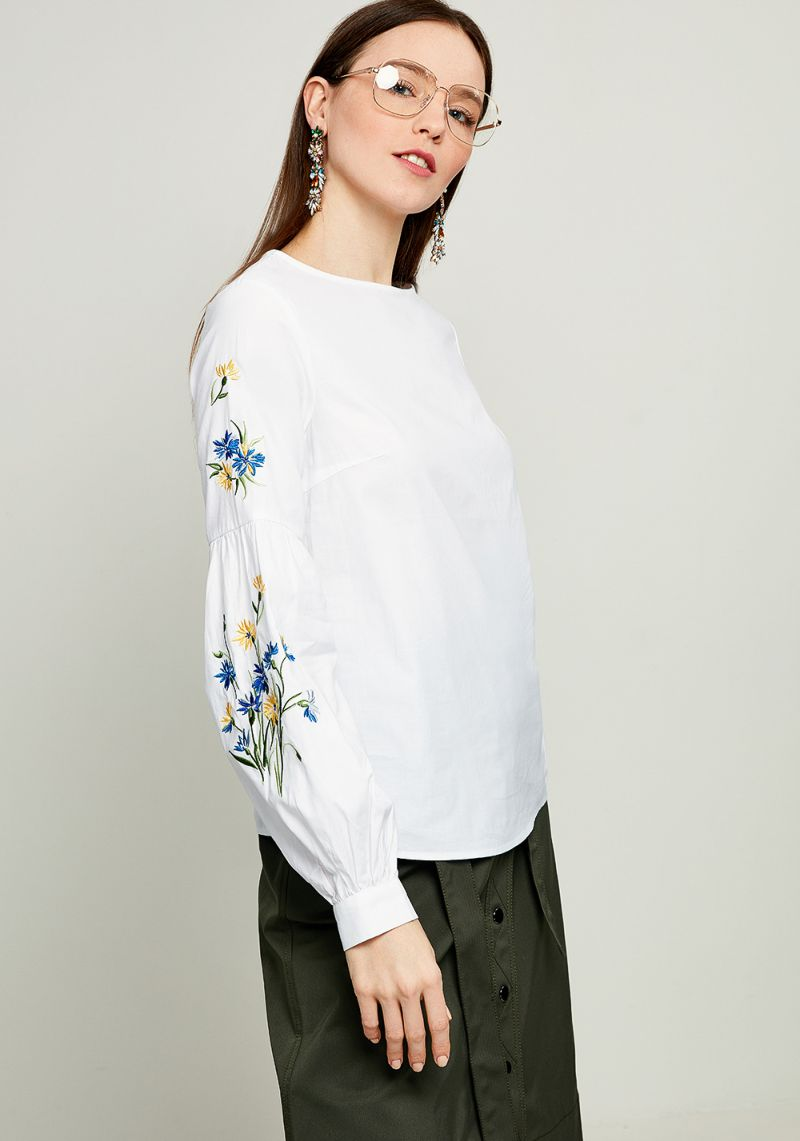 Блузка женская Zarina, цвет: белый. 8123098327093. Размер 488123098327093БлузкаZarina выполнена из натурального хлопка. Модель с круглым вырезом горловины и длинными рукавами. Рукава дополнены манжетами и стильной вышивкой.