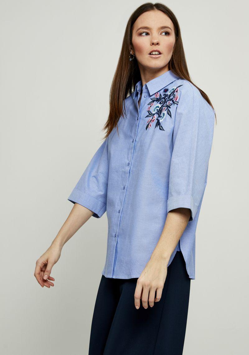 Блузка женская Zarina, цвет: голубой. 8123101331041. Размер 548123101331041Блузка Zarina выполнена из натурального хлопка и оформлена вышивкой. Модель с отложным воротником и короткими рукавами застегивается на пуговицы.