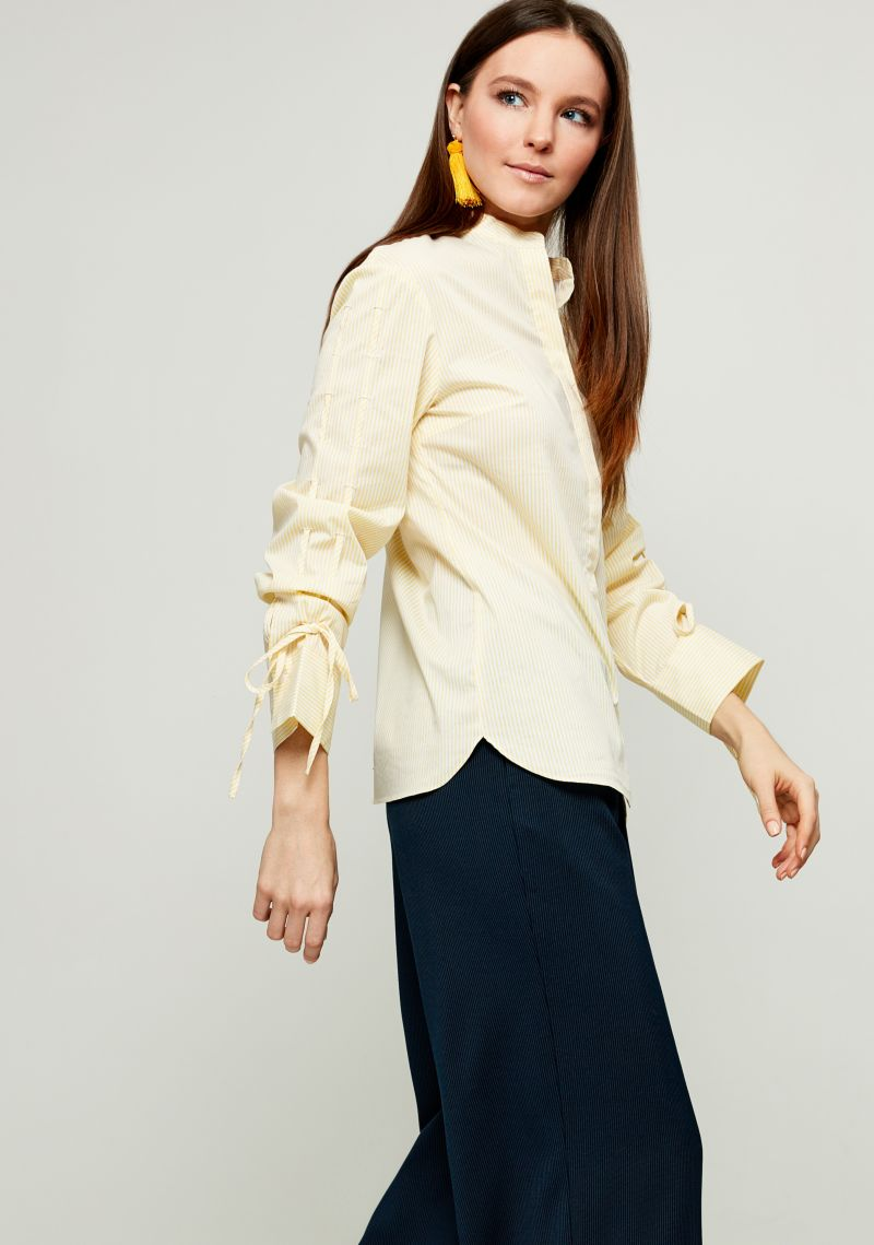 Блузка женская Zarina, цвет: желтый. 8123093323009. Размер 428123093323009Блузка Zarina выполнена из высококачественных материалов и оформлена принтом. Модель с воротником - стойка и длинными рукавами застегивается на пуговицы. Рукава блузки дополнены утягивающими шнурками.