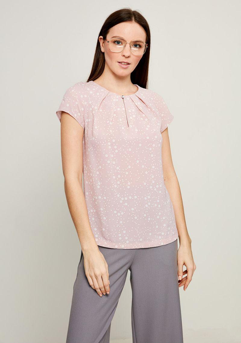 Блузка женская Zarina, цвет: светло-розовый. 8123072302092. Размер 488123072302092Блузка от Zarina выполнена из высококачественного полиэстера. Модель с короткими рукавами-реглан и круглым вырезом горловины на груди застегивается на пуговицу. На груди блузка декорирована встречными складками.
