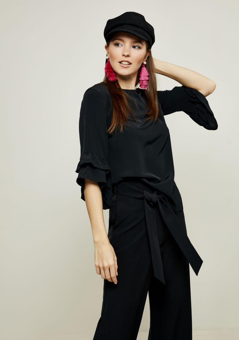 Блузка женская Zarina, цвет: черный. 8122092320050. Размер 488122092320050Женская блузка Zarina выполнена из полиэстера. Модель с круглым вырезом горловины и короткими рукавами сзади застегивается на пуговицу. Рукава изделия дополнены воланами.