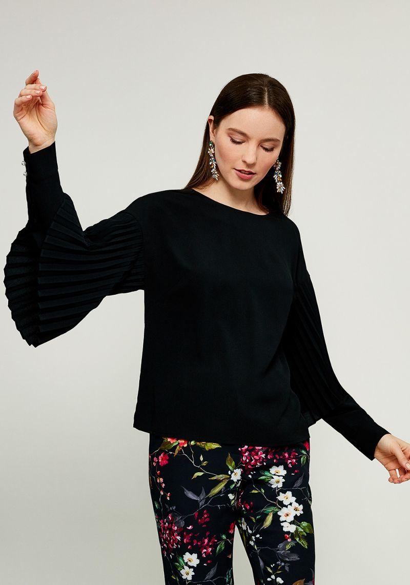 Блузка женская Zarina, цвет: черный. 8122096327050. Размер 488122096327050Женская блузка Zarina выполнена из полиэстера. Модель с круглым вырезом горловины и длинными рукавами сзади застегивается на пуговицу. Рукава изделия дополнены манжетами.