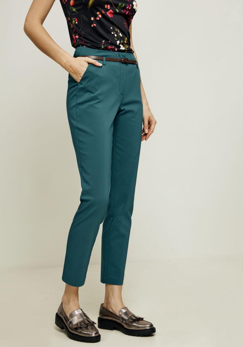 Брюки женские Zarina, цвет: темно-зеленый. 8123216713017. Размер 428123216713017Зауженные брюки от Zarina выполнены из хлопкового материала. Модель с завышенной посадкой в поясе застегивается на пуговицу и имеет ширинку на молнию и шлевки для ремня. По бокам брюки дополнены втачными карманами со скошенными краями, сзади - прорезными карманами.
