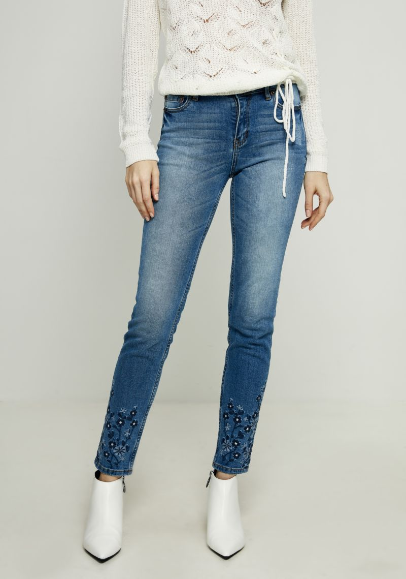 Джинсы женские Zarina, цвет: синий. 8122419712103. Размер 508122419712103Женские джинсы Zarina выполнены из высококачественного материала. Джинсы застегиваются на пуговицу в поясе и ширинку на застежке-молнии, дополнены шлевками для ремня. Спереди модель дополнена двумя втачными карманами, одним маленьким накладным, а сзади - двумя накладными карманами. Модель оформлена вышивкой.