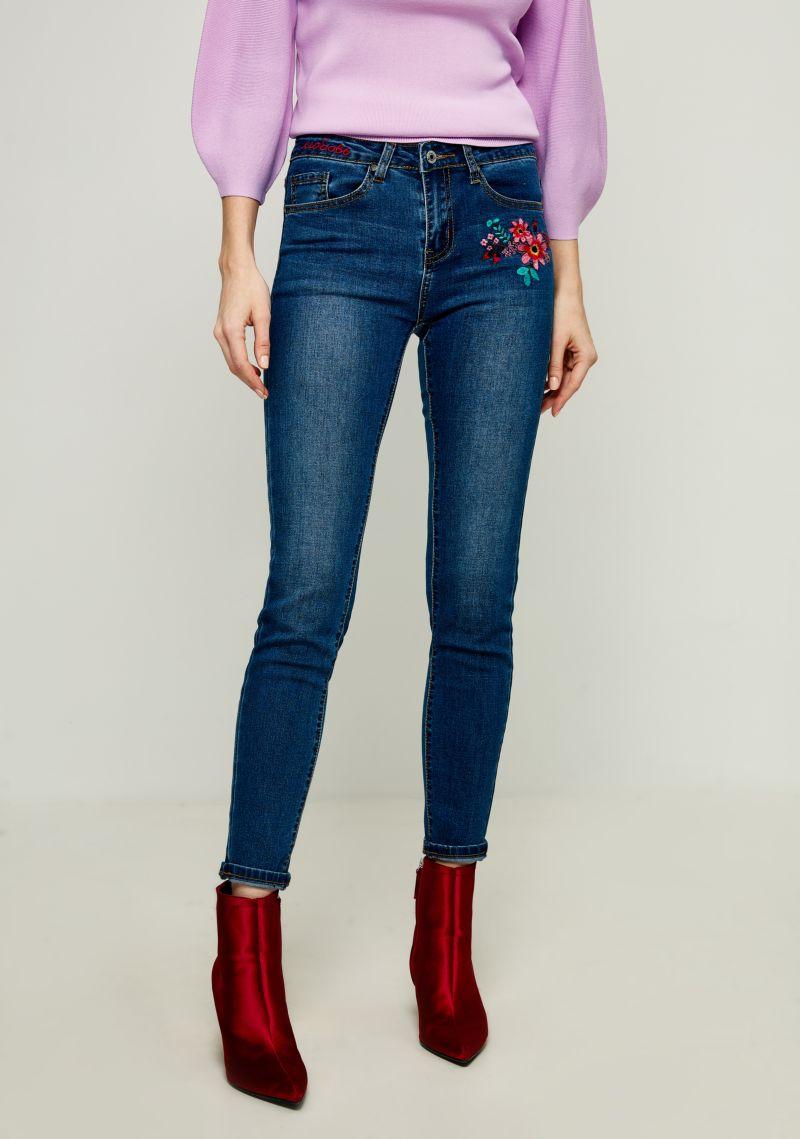 Джинсы женские Zarina, цвет: синий. 8122425725102. Размер 508122425725102Женские джинсы Zarina выполнены из высококачественного материала. Джинсы застегиваются на пуговицу в поясе и ширинку на застежке-молнии, дополнены шлевками для ремня. Спереди модель дополнена двумя втачными карманами, одним маленьким накладным, а сзади - двумя накладными карманами. Модель оформлена вышивкой.
