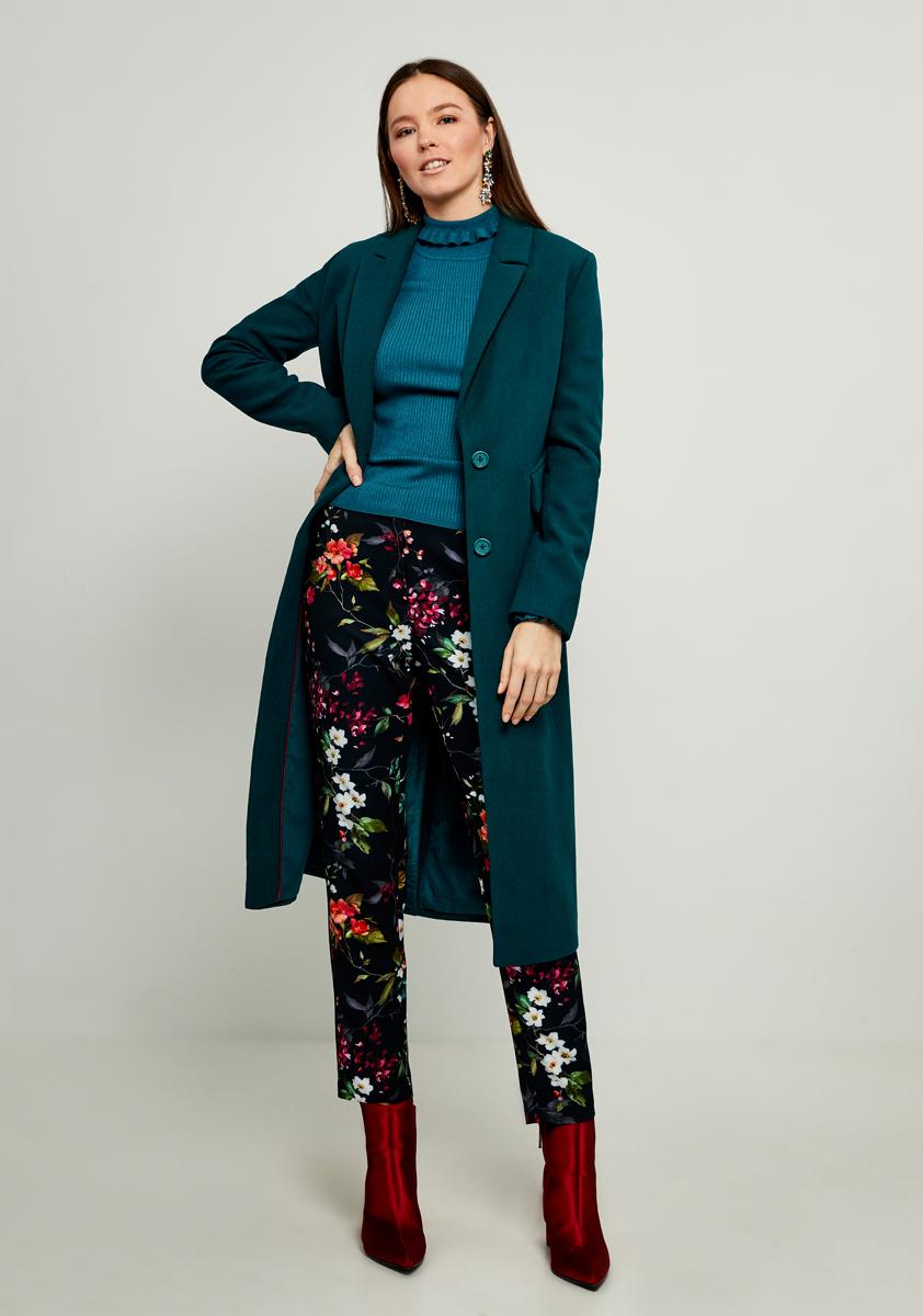 Пальто женское Zarina, цвет: зеленый. 8122413113016. Размер 508122413113016Стильное легкое пальто от Zarina выполнено из высококачественного материала с добавлением шерсти. Модель с длинными рукавами и лацканами застегивается на пуговицы, а по бокам дополнена втачными карманами, сзади имеется шлица.