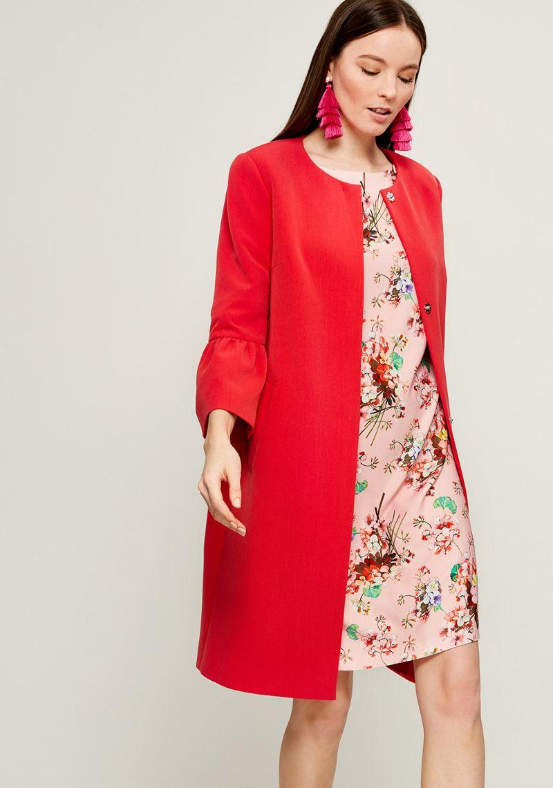 Пальто женское Zarina, цвет: красный. 8123401116070. Размер 428123401116070Женское пальто Zarina выполнено из высококачественного материала. Модель с круглым вырезом горловины и длинными рукавами застегивается на кнопки. Модель дополнена двумя врезными карманами.
