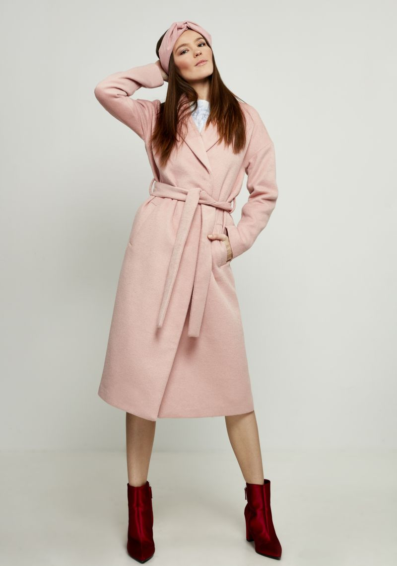 Пальто женское Zarina, цвет: светло-розовый. 8122408108092. Размер 468122408108092Стильное легкое пальто от Zarina выполнено из высококачественного материала с добавлением шерсти. Модель с длинными рукавами и лацканами застегивается на скрытые кнопки, на талии дополнена широким поясом, а по бокам имеются втачные карманы.