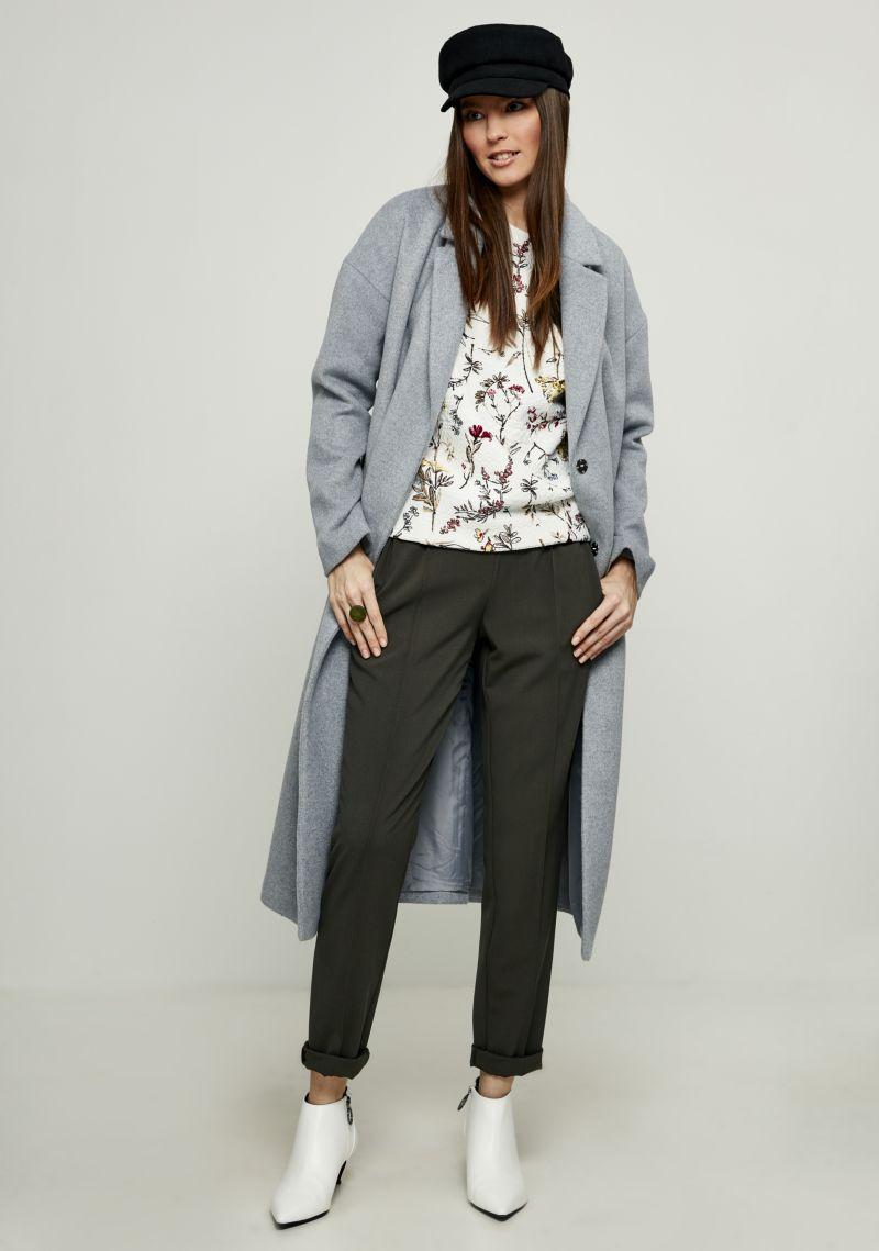 Пальто женское Zarina, цвет: светло-серый. 8122408108030. Размер 428122408108030Стильное легкое пальто от Zarina выполнено из высококачественного материала с добавлением шерсти. Модель с длинными рукавами и лацканами застегивается на скрытые кнопки, на талии дополнена широким поясом, а по бокам имеются втачные карманы.