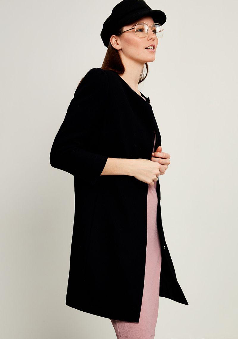 Пальто женское Zarina, цвет: черный. 8123400115050. Размер 508123400115050Женское пальто Zarina выполнено из высококачественного материала. Модель с круглым вырезом горловины и длинными рукавами застегивается на кнопки. Модель дополнена двумя врезными карманами.