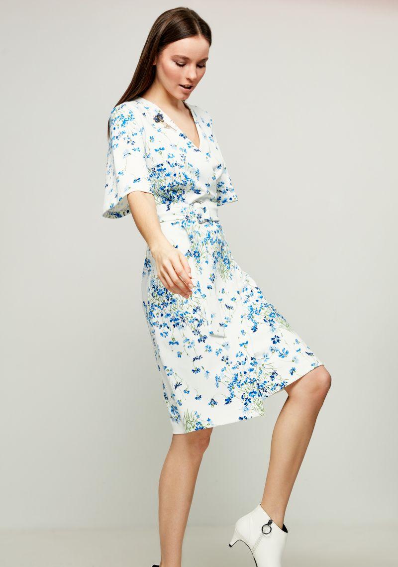 Платье Zarina, цвет: белый, голубой. 8123019519042. Размер 428123019519042Стильное платье от Zarina с запахом выполнено из эластичного трикотажа. Модель с короткими расклешенными рукавами и V-образным вырезом горловины на талии дополнена широким текстильным поясом на металлических кольцах.