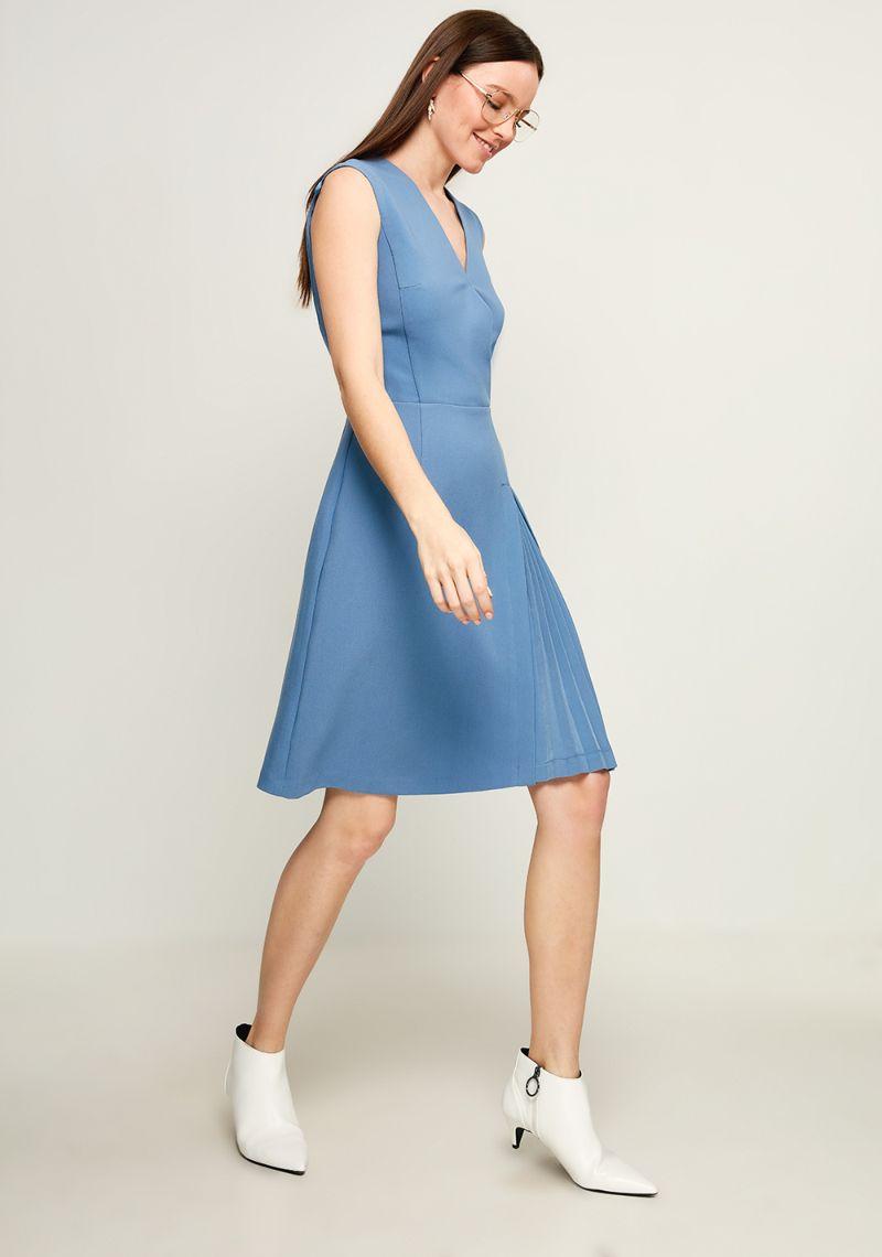 Платье Zarina, цвет: голубой. 8123020520059. Размер 448123020520059Стильное платье от Zarina выполнено из высококачественного полиэстера с добавлением вискозы и эластана. Модель прилегающего кроя без рукавов и V-образным вырезом горловины. Платье застегивается на застежку-молнию на спинке.Данная модель прекрасно сможет подчеркнуть ваш индивидуальный стиль.