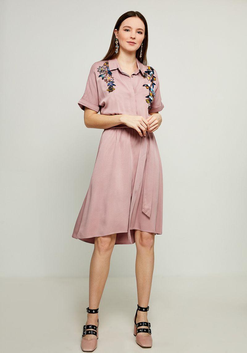 Платье Zarina, цвет: розовый. 8123025528093. Размер 488123025528093Стильное платье-рубашка от Zarina выполнено из вискозного материала. Модель с короткими рукавами и отложным воротником застегивается на пуговицы, на талии дополнена текстильным поясом.
