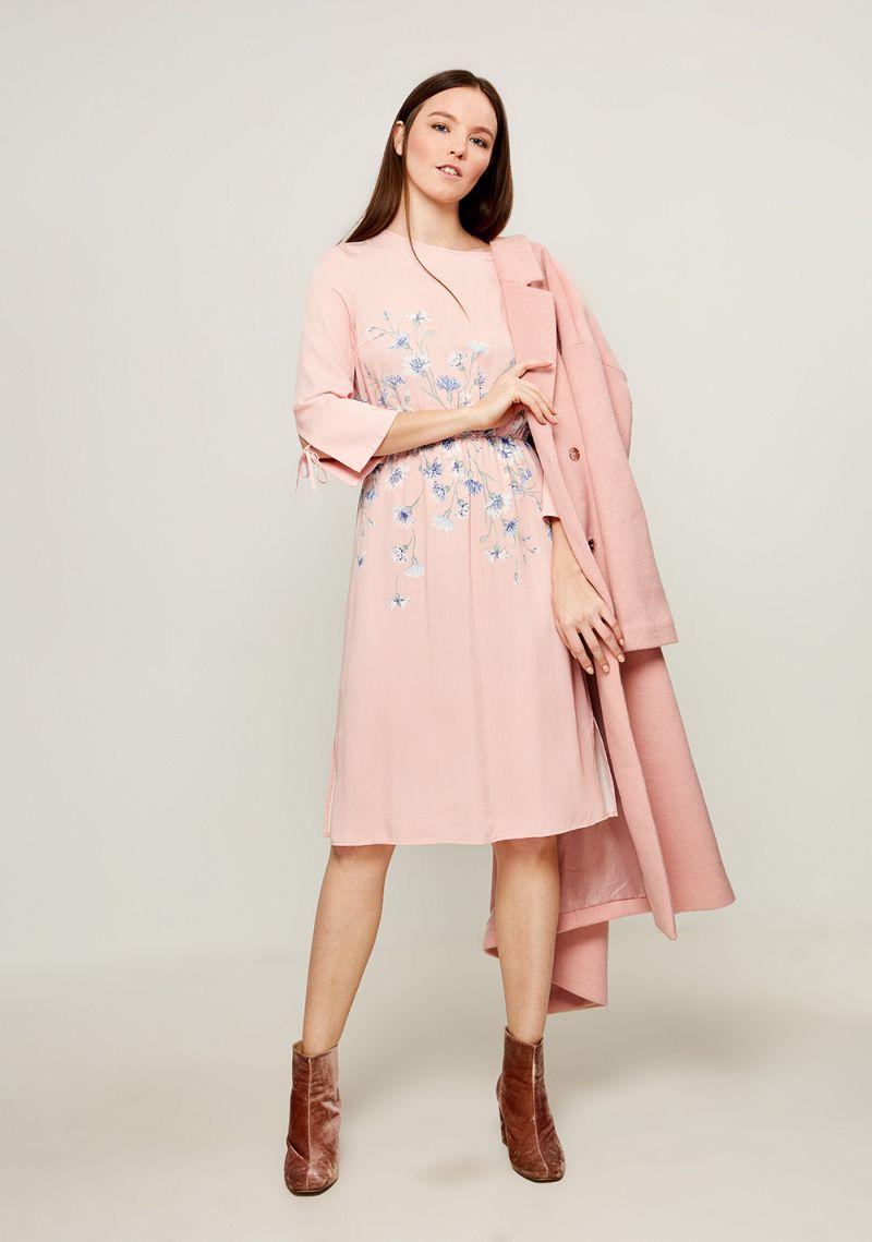 Платье Zarina, цвет: светло-розовый. 8123015515097. Размер 508123015515097Стильное платье от Zarina выполнено из высококачественного материала с цветочным принтом. Модель приталенного кроя с короткими рукавами до локтя и круглым вырезом горловины имеет сзади завязки на шее. Рукава декорированы разрезами и завязками.Данная модель прекрасно сможет подчеркнуть ваш индивидуальный стиль.