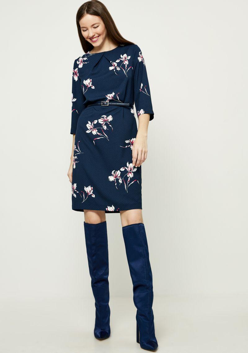 Платье Zarina, цвет: темно-синий. 8121008508052. Размер 488121008508052Стильное платье от Zarina выполнено из высококачественного полиэстера. Модель приталенного кроя с рукавами 3/4 и круглым вырезом горловины на спинке застегивается на пуговицу. На талии платье дополнено тонким ремешком.