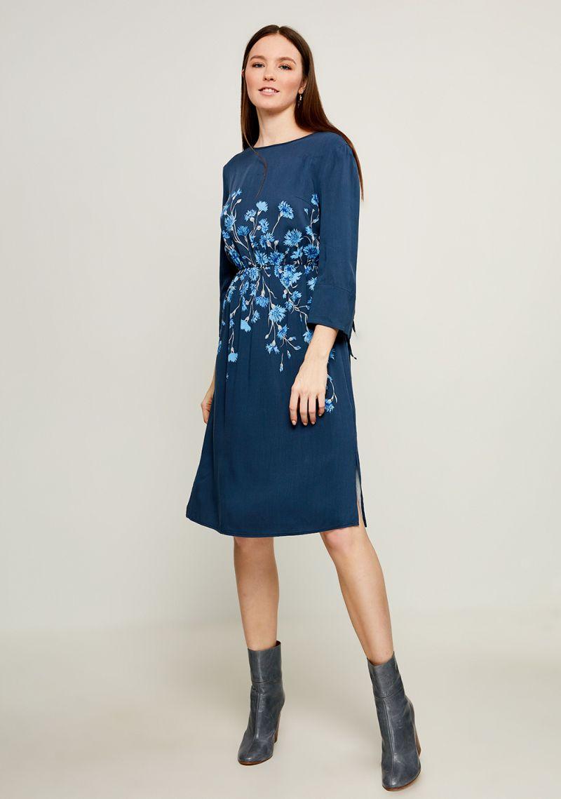 Платье Zarina, цвет: темно-синий. 8123015515047. Размер 448123015515047Стильное платье от Zarina выполнено из высококачественного материала с цветочным принтом. Модель приталенного кроя с короткими рукавами до локтя и круглым вырезом горловины имеет сзади завязки на шее. Рукава декорированы разрезами и завязками.Данная модель прекрасно сможет подчеркнуть ваш индивидуальный стиль.