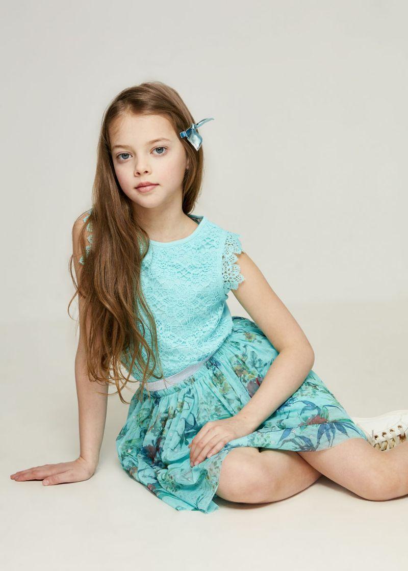 Футболка для девочки Zarina, цвет: бирюзовый. 8123510410043D. Размер 1408123510410043DБлузка Zarina выполнена из высококачественного материала. Модель с круглым вырезом горловины и без рукавов, дополнена ажурным плетением.