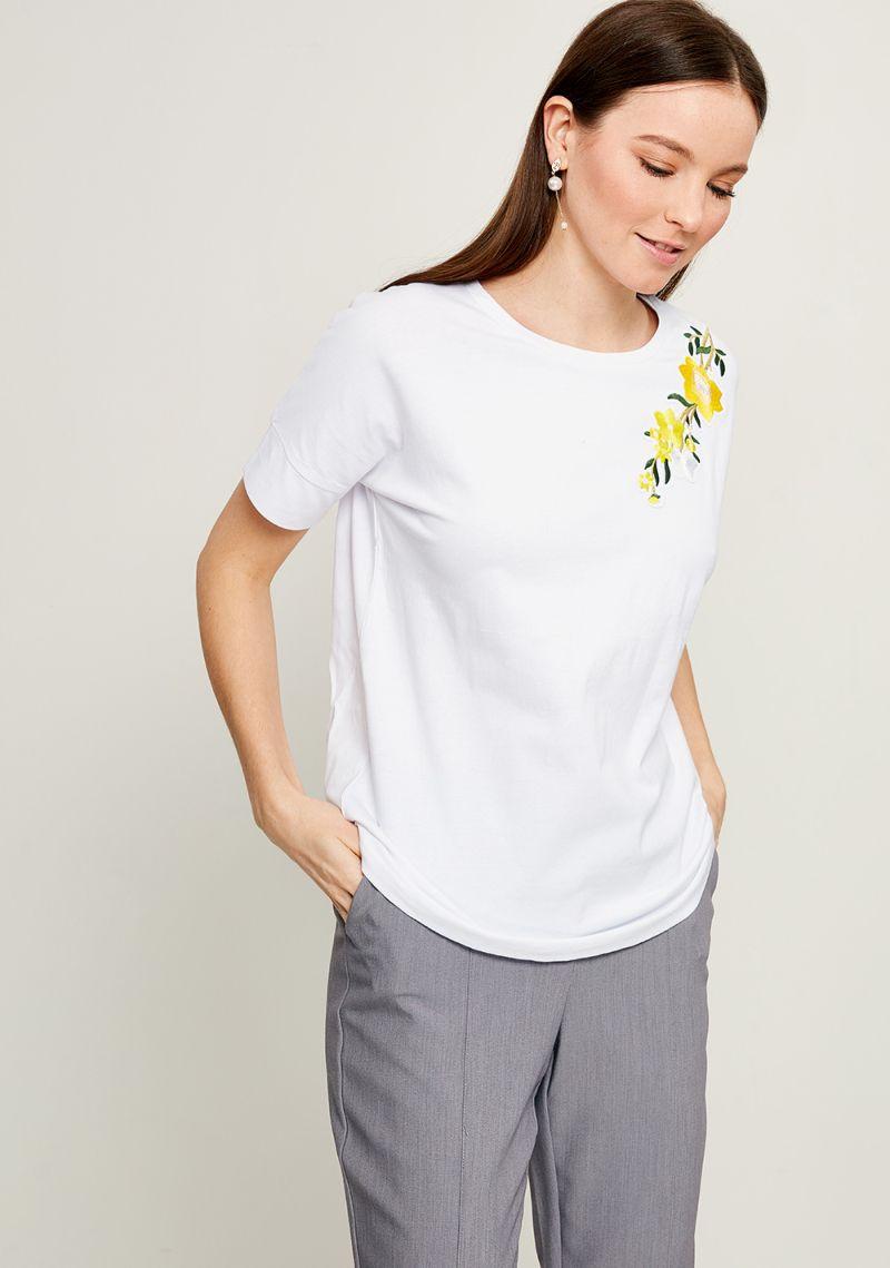 Футболка женская Zarina, цвет: белый. 8123501401001. Размер L (48)8123501401001Стильная футболка Zarina выполнена из хлопка с добавлением эластана. Модель с круглым вырезом горловины и короткими рукавами оформлена вышивкой.