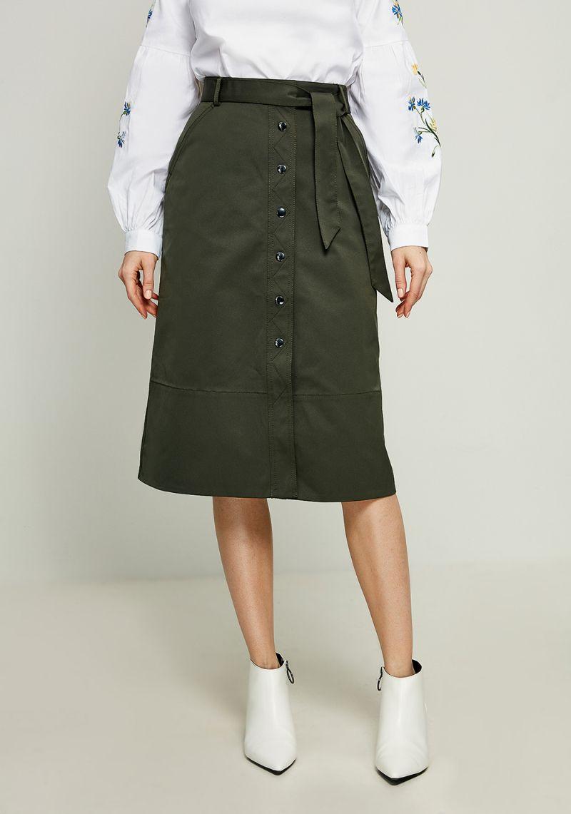 Юбка Zarina, цвет: оливковый. 8123210207018. Размер 468123210207018Ультрамодная юбка от Zarina выполнена из плотного материала. Модель длины миди спереди застегивается на кнопки, в талии дополнена широким текстильным поясом и шлевками для ремня.