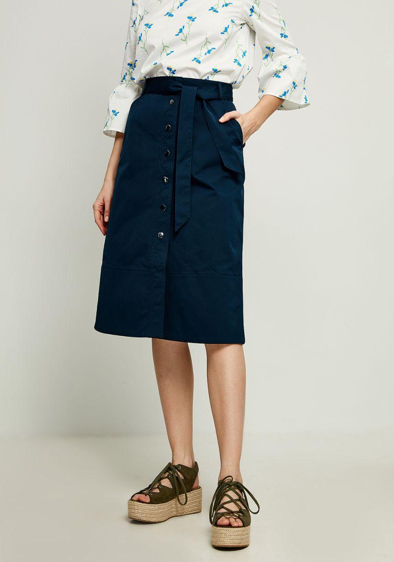 Юбка Zarina, цвет: темно-синий. 8123210207047. Размер 468123210207047Ультрамодная юбка от Zarina выполнена из плотного материала. Модель длины миди спереди застегивается на кнопки, в талии дополнена широким текстильным поясом и шлевками для ремня.