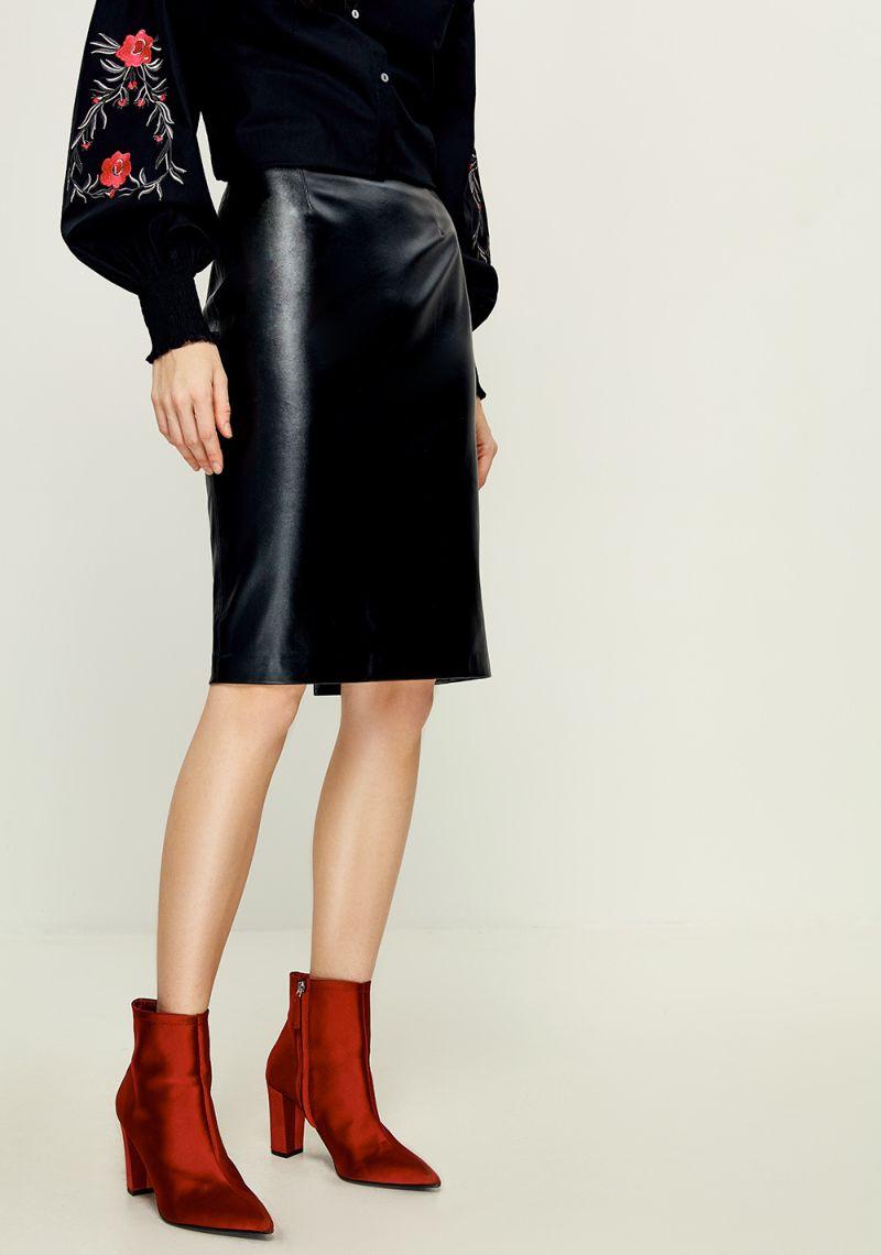 Юбка Zarina, цвет: черный. 8121206203050. Размер 428121206203050Юбка Zarina выполнена из высококачественного материала. Модель длины миди. Сзади изделие дополнено потайной застежкой-молнией и небольшим разрезом.