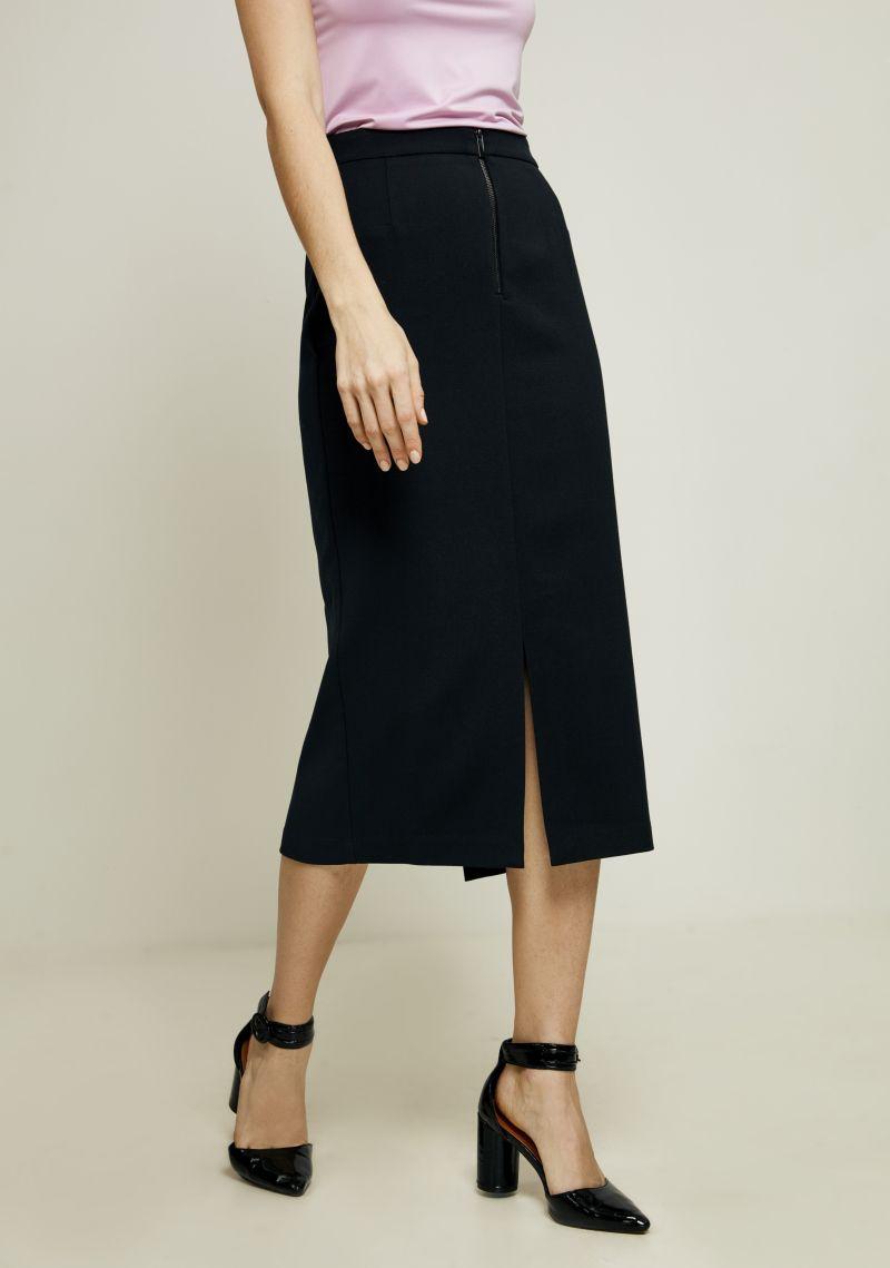 Юбка Zarina, цвет: черный. 8122219201050. Размер 448122219201050Ультрамодная юбка от Zarina выполнена из высококачественного плотного материала. Модель длины миди спереди застегивается на молнию и имеет небольшой разрез.