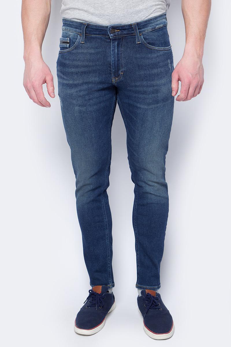 Джинсы мужские Calvin Klein Jeans, цвет: синий. J30J306682_9113. Размер 30-32 (44/46-32)J30J306682_9113Модные мужские джинсы Calvin Klein Jeans выполнены из высококачественного эластичного хлопка с добавлением эластана и полиэстера, что обеспечивает комфорт и удобство при носке. Модель застегивается на пуговицу в поясе и ширинку на застежке-молнии, дополнены шлевками для ремня. Джинсы имеют классический пятикарманный крой: спереди модель дополнена двумя втачными карманами и одним маленьким накладным кармашком, а сзади - двумя накладными карманами.