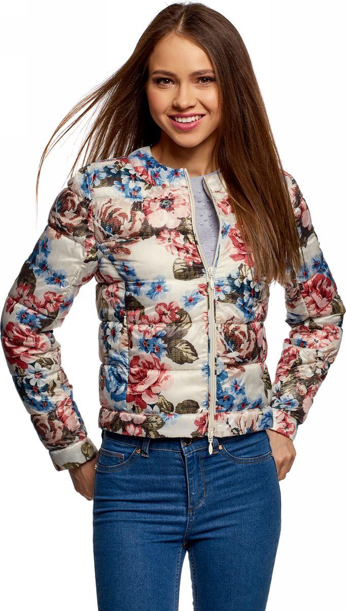 Куртка женская oodji Ultra, цвет: кремовый, голубой. 10203072B/42257/3070F. Размер 38 (44-170)10203072B/42257/3070FУкороченная стеганая куртка с застежкой на молнию. Модель с круглым вырезом, без дополнительных деталей и сложных декоративных элементов смотрится сдержанно и элегантно. Легкая и теплая куртка согреет вас в прохладную погоду. Модель прямого кроя хорошо сидит на фигурах разного типа. Стеганая куртка органично впишется в ваш повседневный гардероб. Вы комфортно дополните ей свой наряд, отправляясь на работу, учебу, прогулку или свидание. Модель гармонично сочетается с джинсами, брюками разного фасона и, конечно же, юбками. Куртка с круглым вырезом прекрасно смотрится сама по себе, а также в комплекте с шарфами или палантинами. В ней вы всегда будете выглядеть обворожительно.