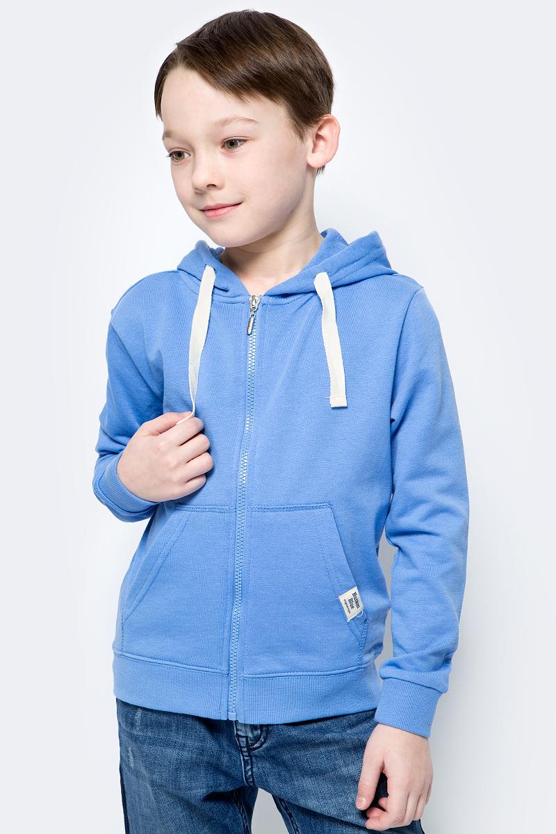 Толстовка для мальчика Button Blue, цвет: синий. 118BBBC16013700. Размер 140118BBBC16013700Трикотажная толстовка на молнии - идеальная одежда для мальчика. Привлекательной модель от Button Blue делают трендовый в этом сезоне цвет и стильная надпись. Модель изготовлена из футера - мягкого и нежного материала, дарящего только приятные ощущения и отлично сохраняющего тепло. Если вы хотите купить толстовку для мальчика, лучшим вариантом будет модель от Button Blue, отличающаяся модным дизайном, ценой и высоким качеством.