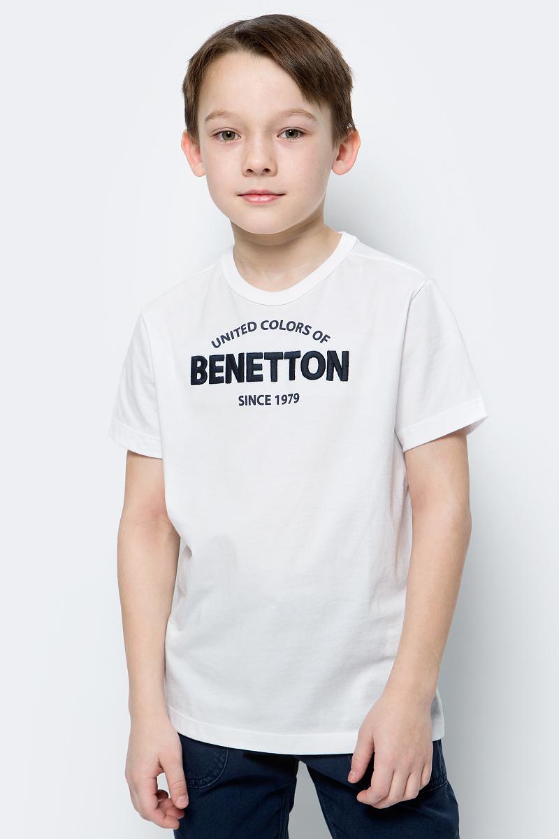Футболка для мальчиков United Colors of Benetton, цвет: белый. 3096C11XR_101. Размер 1503096C11XR_101Футболка от United Colors of Benetton выполнена из натурального хлопкового трикотажа. Модель с короткими рукавами и круглым вырезом горловины на груди оформлена принтованной надписью.