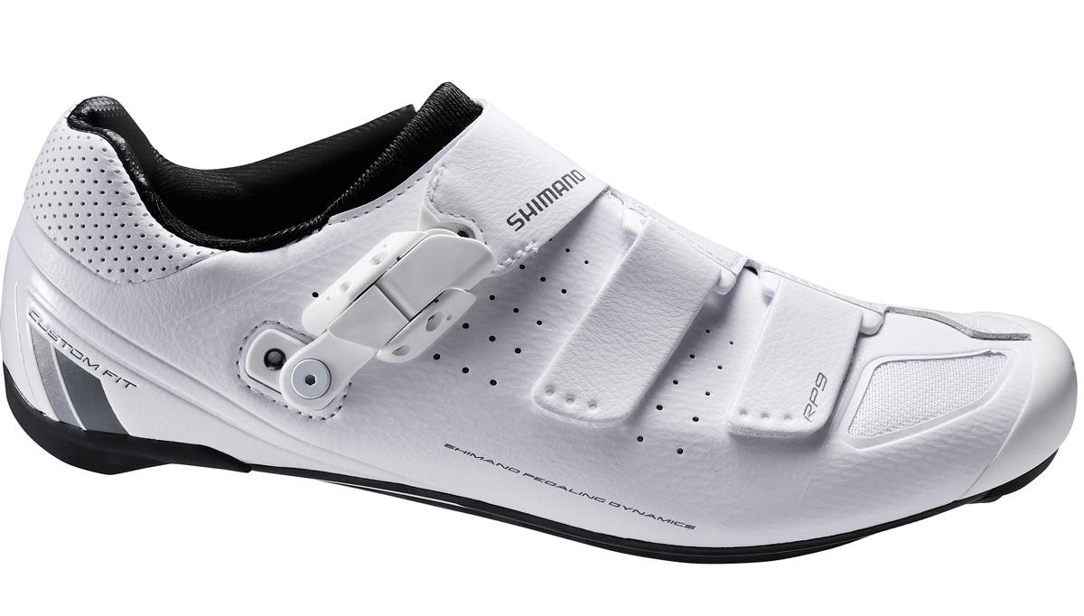 Велотуфли мужские Shimano SH-RP200, цвет: белый. Размер 46SH-RP200Тренировочные гоночные туфли для начинающих энтузиастов Особенности Три долговечных ремешка на липучке распределяют силу натяжения по верху стопы Смещённый ремешок снижает напряжение в высшей точке ступни Язычок с увеличенной набивкой для дополнительного комфорта Оптимальная эффективность вращения педалей и совместимость с педалями Легкая нейлоновая подошва, усиленная стекловолокном Эта модель подходит для занятий в помещениях и совместима с шипами SPD и SPD-SL Адаптируемая чашеобразная стелька