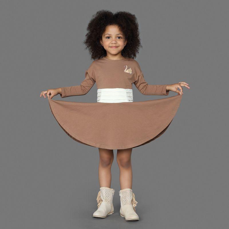 Платье для девочки Ёмаё, цвет: коричневый. 12-502. Размер 12812-502Оригинальное платье, приталенное и расклешенное к низу, из эластичного хлопка, с длинным рукавом и горловиной в виде лодочки. Спереди с левой стороны украшено аппликацией в виде лебедя. Модель рассчитана на демисезонный период.