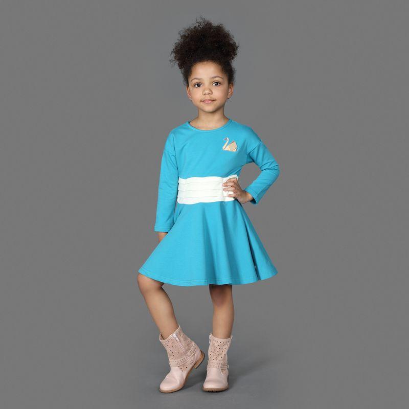 Платье для девочки Ёмаё, цвет: синий. 12-502. Размер 11012-502Оригинальное платье, приталенное и расклешенное к низу, из эластичного хлопка, с длинным рукавом и горловиной в виде лодочки. Спереди с левой стороны украшено аппликацией в виде лебедя. Модель рассчитана на демисезонный период.