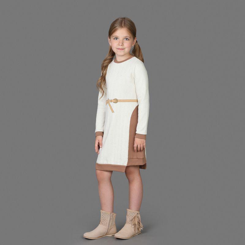 Платье для девочки Ёмаё, цвет: белый, коричневый. 12-503. Размер 11012-503Оригинальное вязаное платье от Ёмаё из коллекции Гуси-лебеди. Стильное платье, удлиненное спереди и сзади, с длинным рукавом и круглым вырезом горловины. На поясе украшено принтом в виде изображения пояска.