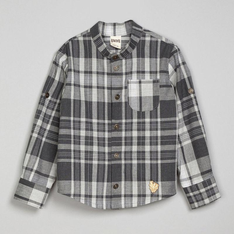 Рубашка Ёмаё, цвет: светло-серый. 40-912. Размер 12840-912Рубашка с воротником-мандарин из сорочечной ткани (100% хлопок). Изделие с длинным рукавом и центральной застежкой на кнопки. Накладной кармашек расположен слева на груди. Изделие имеет подворачиваемый рукав, кокетку сзади и округленный низ. Такая рубашка отлично впишется в гардероб Вашего модника. Модель рассчитана на демисезонный период.